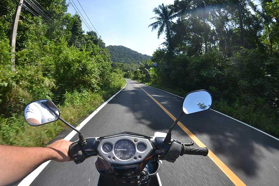 Roller-Motorrad-fahren-auf-der-Insel-Koh-Chang-thailand