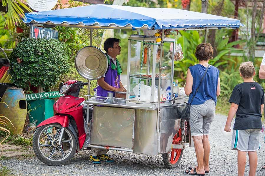 streetfood-koh-chang-markt-händler-insel-thailand-essen